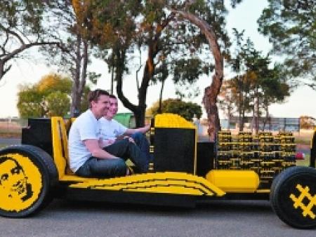 机械狂人用积木拼装动力车 开动时时速 可达30公里