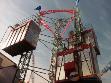 成都溫江和信。孔雀城項目施工電梯順利完工,進入拆卸工作