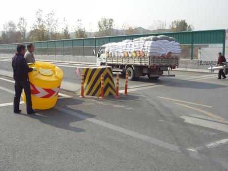 济莱高速雪野收费站防撞桶施工图