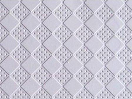 石膏板自動生產線可以快速的產出石膏天花板成品