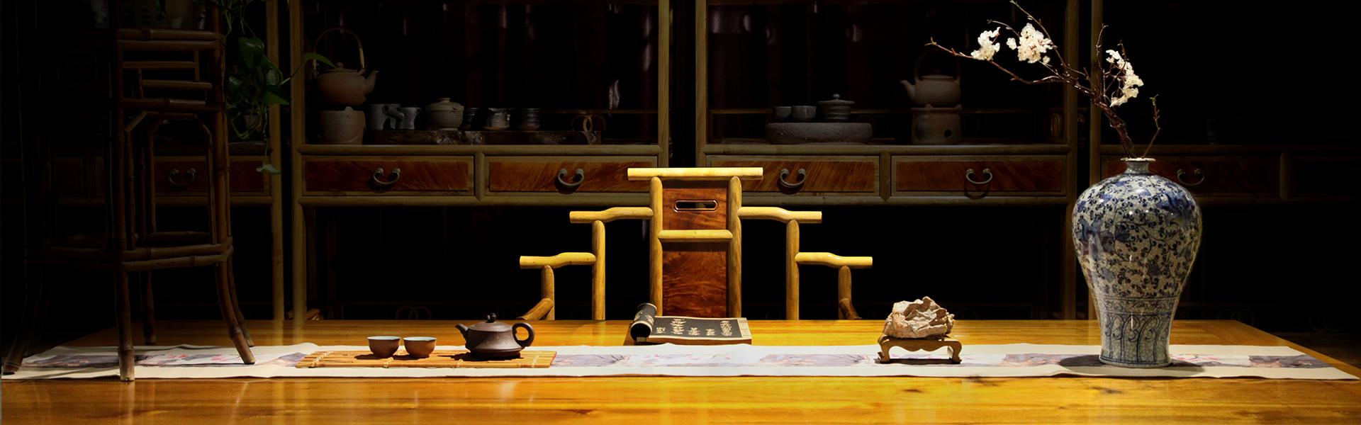 金丝楠的历史用途 历史上金丝楠木专用于皇家宫殿、少数寺庙的建筑和家具,帝王龙椅宝座也都要选用优质楠木制作。明清宫廷皇家用材在四川采集。  目前金丝楠木家具料的区分 金丝楠木在业界,分为新料,老料,阴沉料。还有一种是介于老料和新料的,就做老山根料(困山料),实质上也就是枯木料。
