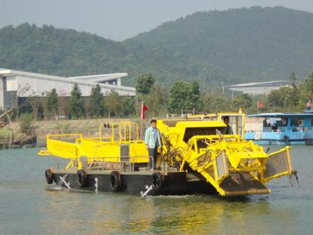 如今保洁船已然成为水草,绿萍,水葫芦等的克星