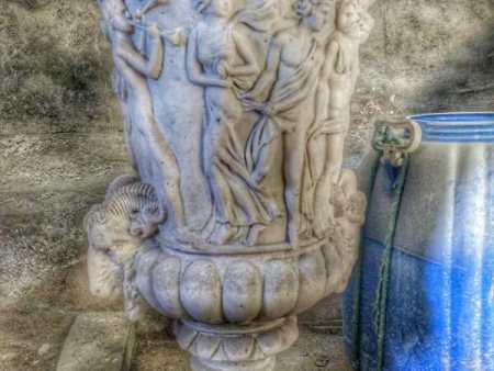 宝瓶柱雕塑
