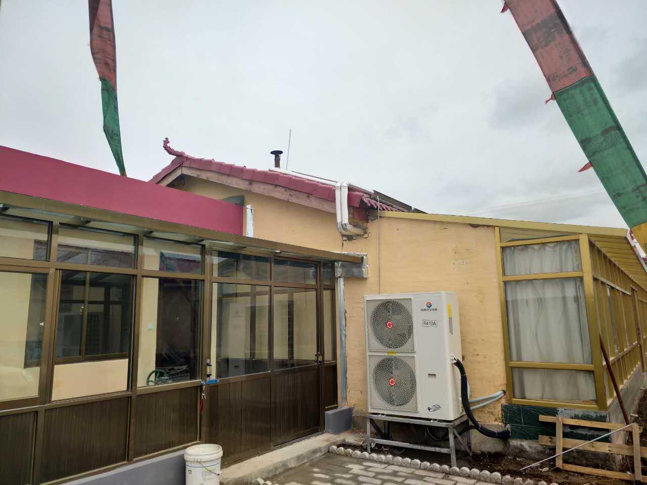 甘肃空气能采暖:甘南州碌曲县尕秀镇美丽乡村空气能+太阳能双能源采暖项目《甘肃省空气能采暖示范项目》