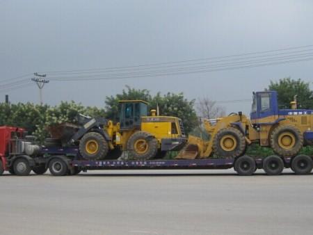 工程车运输西安工地搬家设备转场爬梯车运输