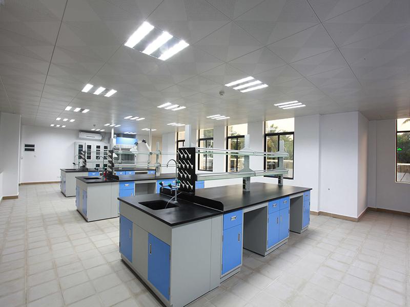 实验室柜台设备安装.jpg