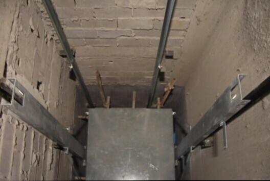 安装上梁和滑轮-电梯安装过程.jpg