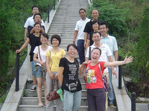 8 2009年物料部留影-哪些一起走过的台阶500x375.jpg