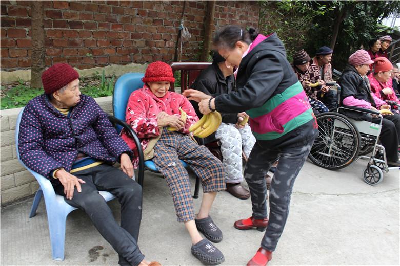 香港九壽柳州分公司------關愛老人、奉獻愛心 關愛老人-廣西南寧市九壽貿易有限公司