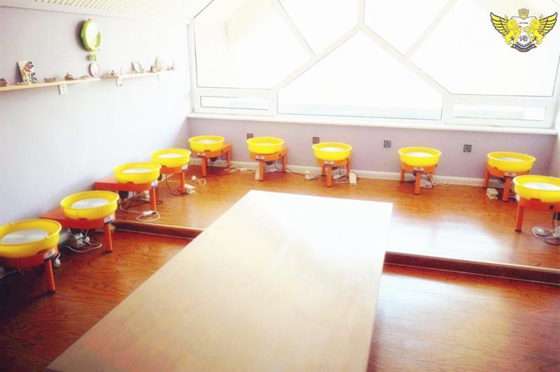 一诺童话国际幼儿园陶艺教室,是我们宝宝自己动手动脑制作自己作品的