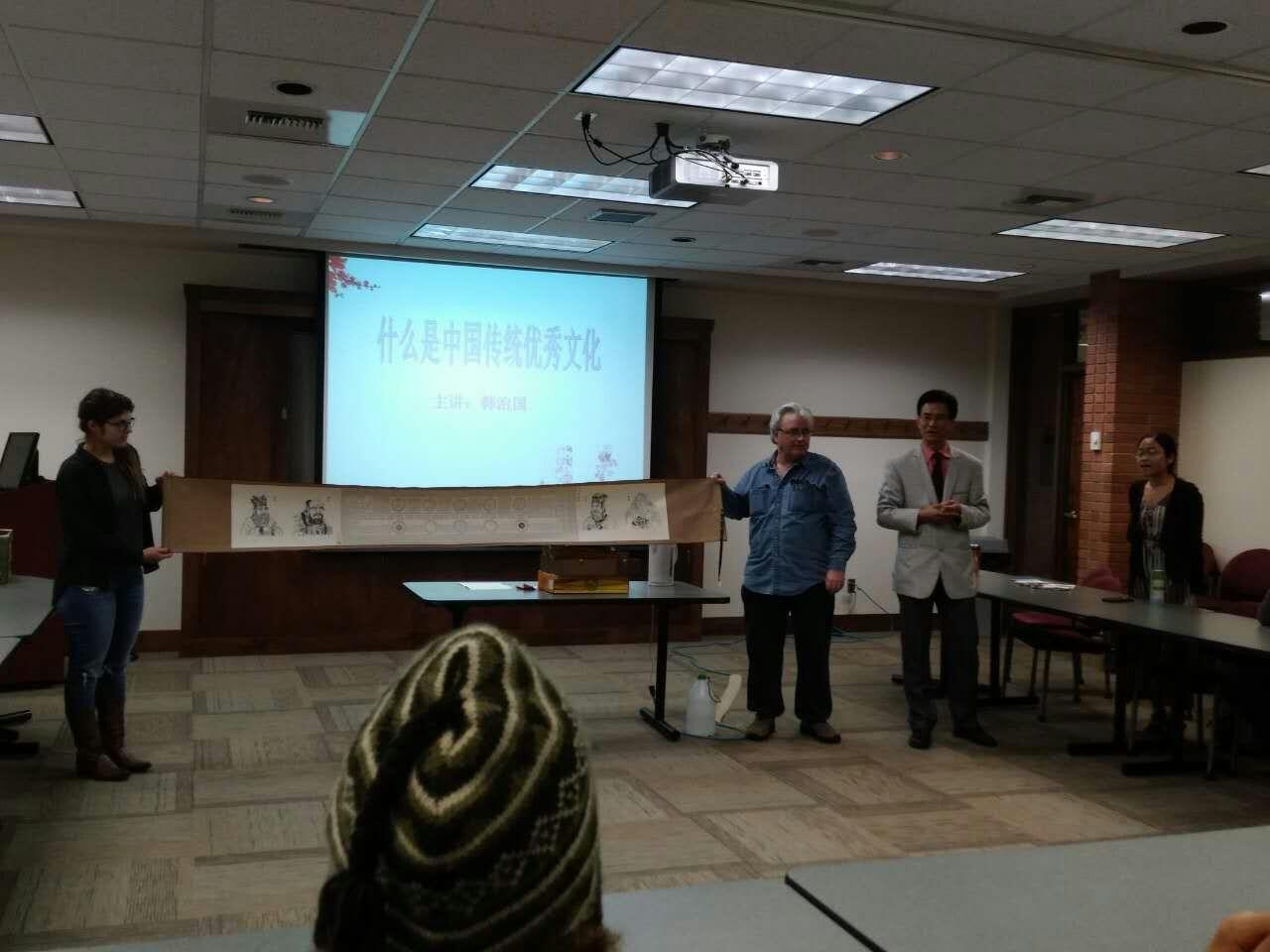 韩治国在向美国听众展示中国《易经》和道家传承作品《金易宝灵图》2。.jpg