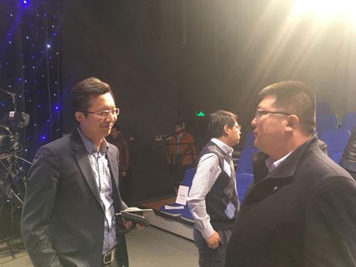 芳晟股权投资基金投资总监马强(左)与王素锋站长(右)交流.jpg