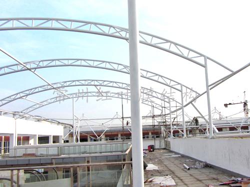 江苏苏浙皖边界市场扩建工程膜结构施工中.jpg