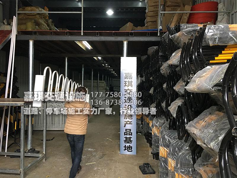 嘉琪交通C12铁马及护栏仓库