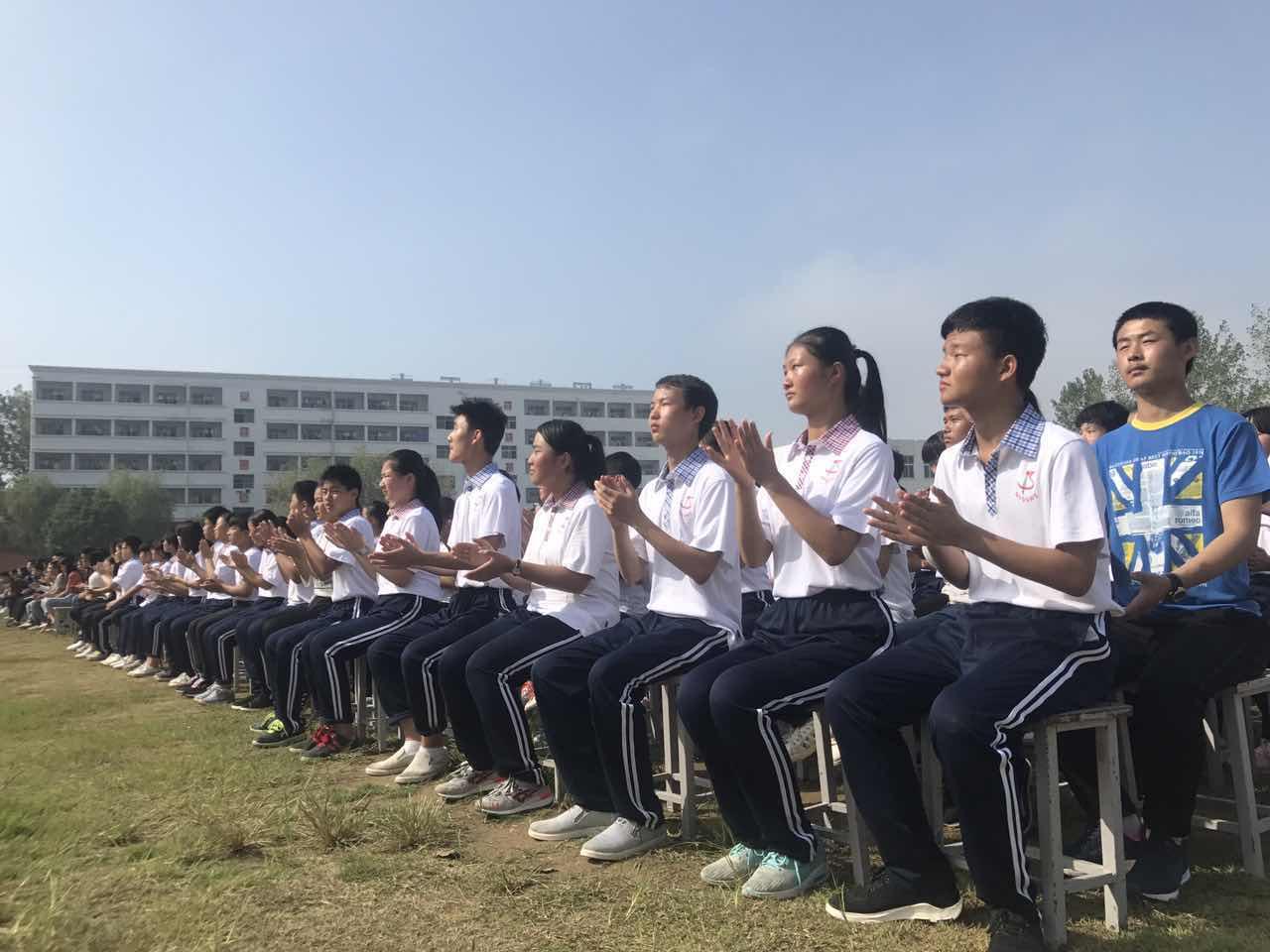 [南陽十五中]同學們熱情滿滿,聆聽勵志報告.jpg