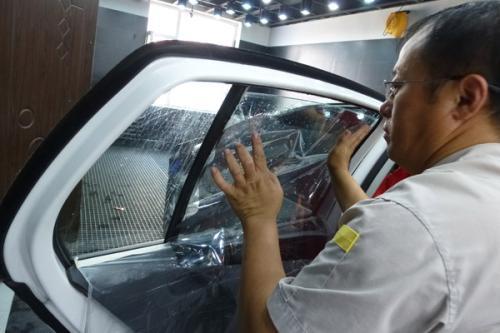 选汽车玻璃贴膜的几个小方法