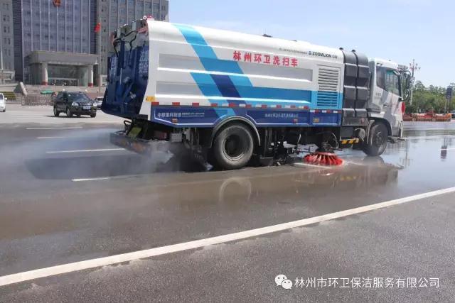 洗扫车洗扫道路.jpg