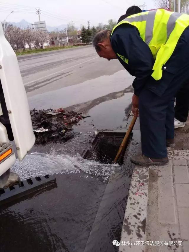 对主次干道上的水箅口进行疏通清理.jpg