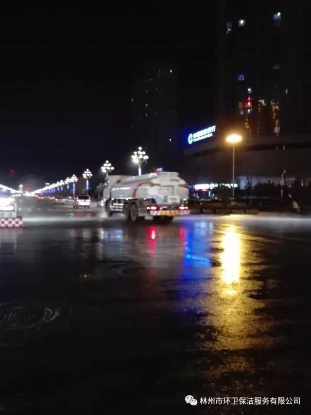 对市区主次干道进行夜间洒水降尘、道路洗扫.jpg