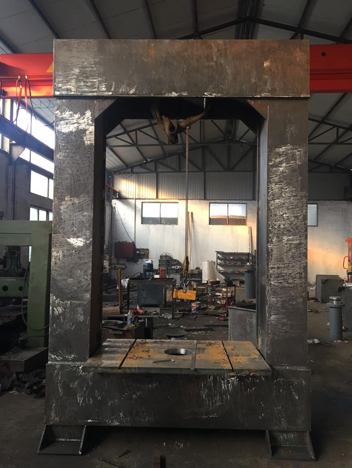 生产中的大型龙门液压机 公司新闻-滕州吉鼎机械有限公司