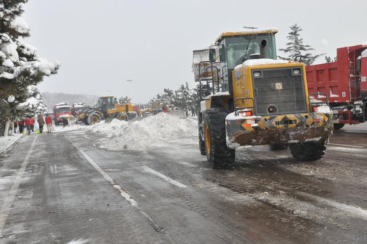 冬月瑞雪罩荣成, 宏存路桥倾出动。 公司新闻-威海市宏存路桥工程有限公司